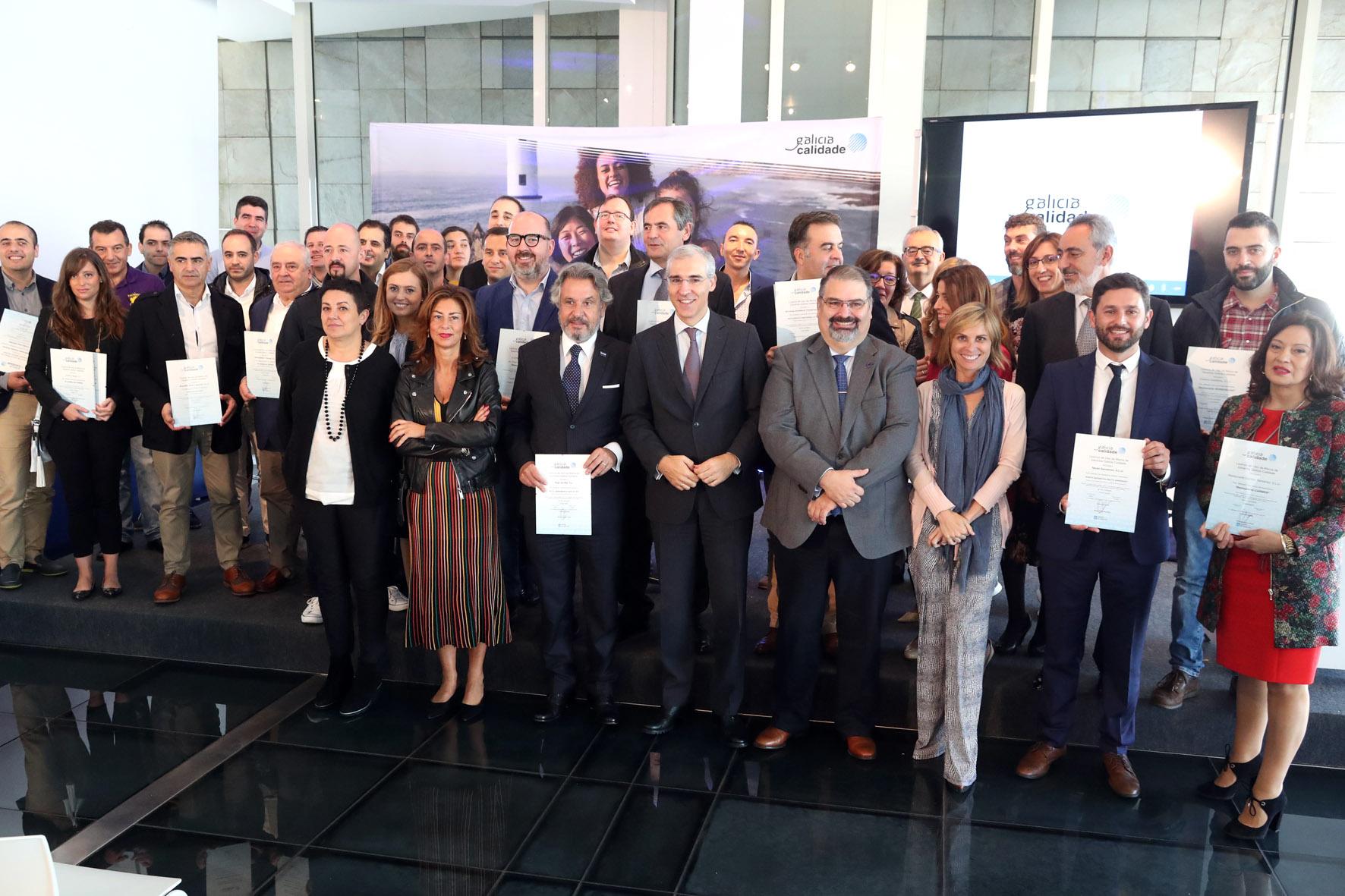 Foto de familia cos representantes dos establecementos turísticos con selo Galicia Calidade.