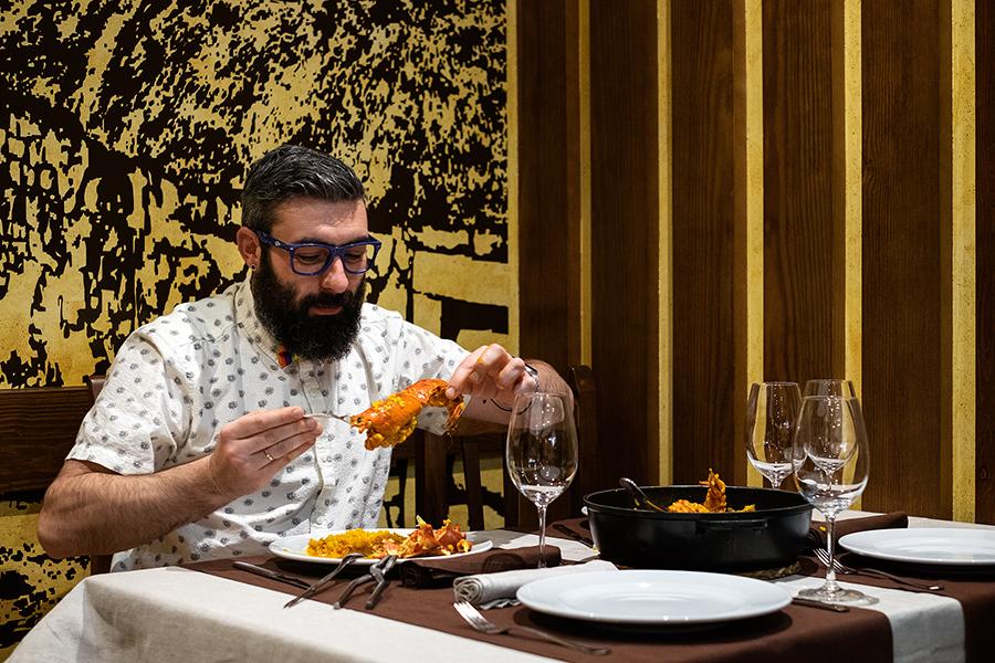 @JuanEAT_o, probando o arroz con lagosta no Albergue Restaurante Castro. Foto: Iván Barreiro