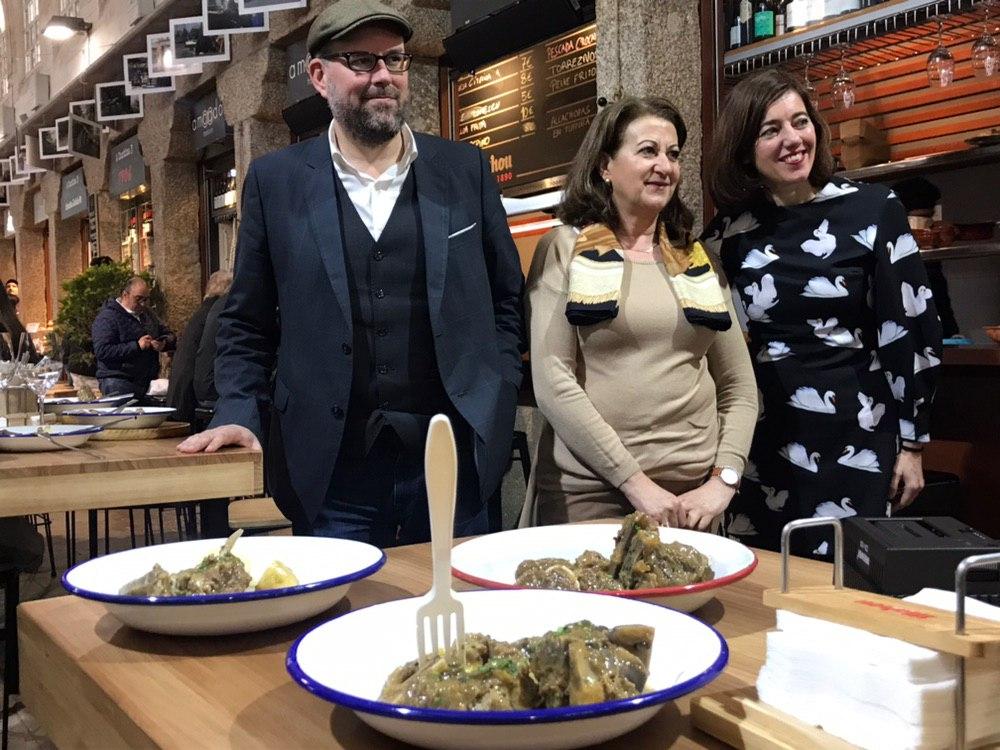 O alcalde, a presidenta da Asociación Hostelería Compostela e a concelleira de Turismo, Marta Lois. Foto: Concello de Santiago