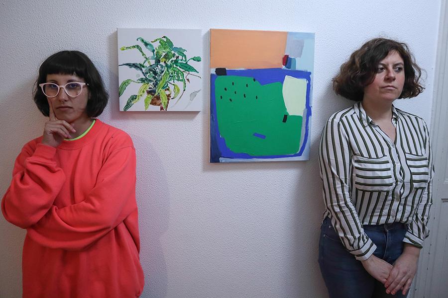 Lúa Gándara e María Meijide con obras do proxecto Casa & Concepto. Foto: Delio Sánchez