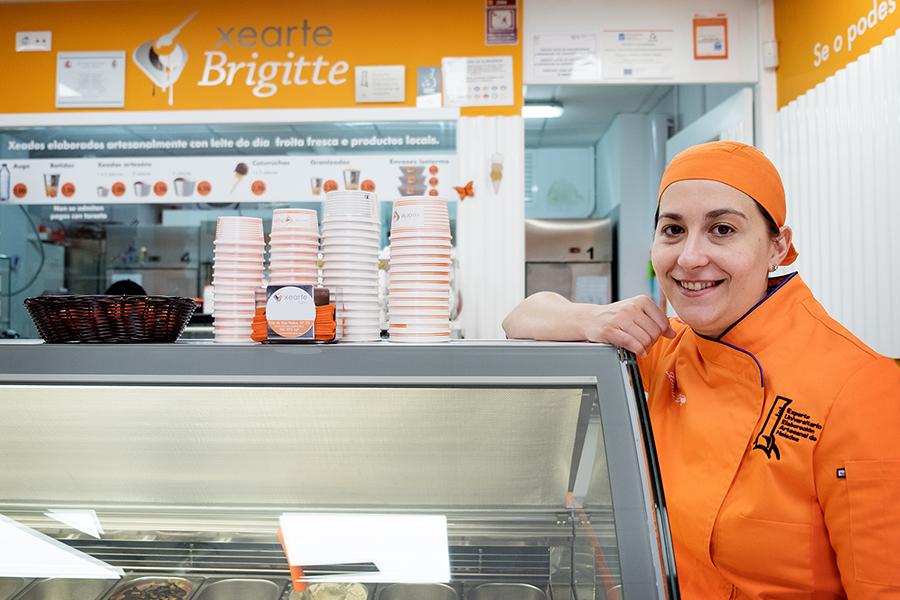 Brígida, no interior da súa xeadería na Rúa de San Pedro. Foto: Iván Barreiro