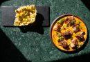 Tosta de arroz ao curry e hummus de garavanzos con polbo, papeira e encurtidos no Benedita Elisa