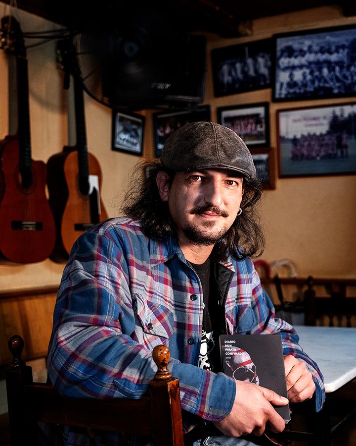 Jamas, co seu libro no interior do bar Javichi, na Rúa de San Pedro. Foto: Iván Barreiro