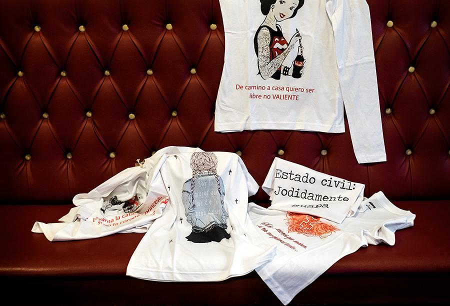 Algunhas das camisetas con mensaxes feministas de MissRock. Foto: Iván Barreiro.