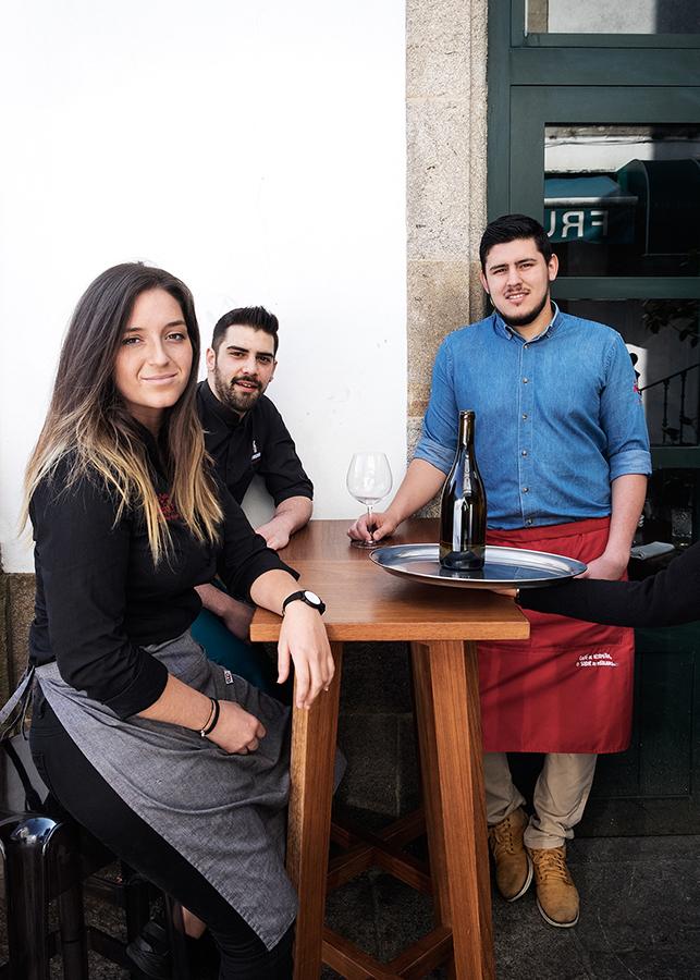 Laura, Fer e Isma, tres dos camareiros e camareiras cos que contamos na cidade. Foto: Iván Barreiro