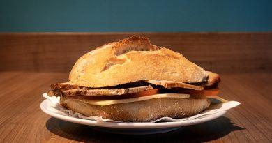 Bocadillo de xamón asado, queixo e tomate no Raíces Galegas